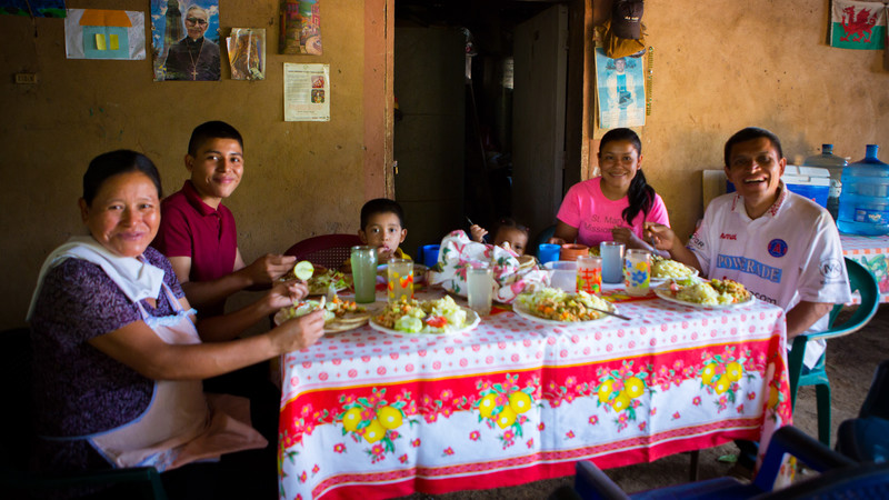 Fidel and Julia eat lunch with their family in El Salvador